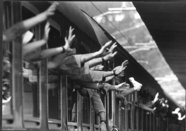 passeggeri_treno_saluti_finestrini_imagefull